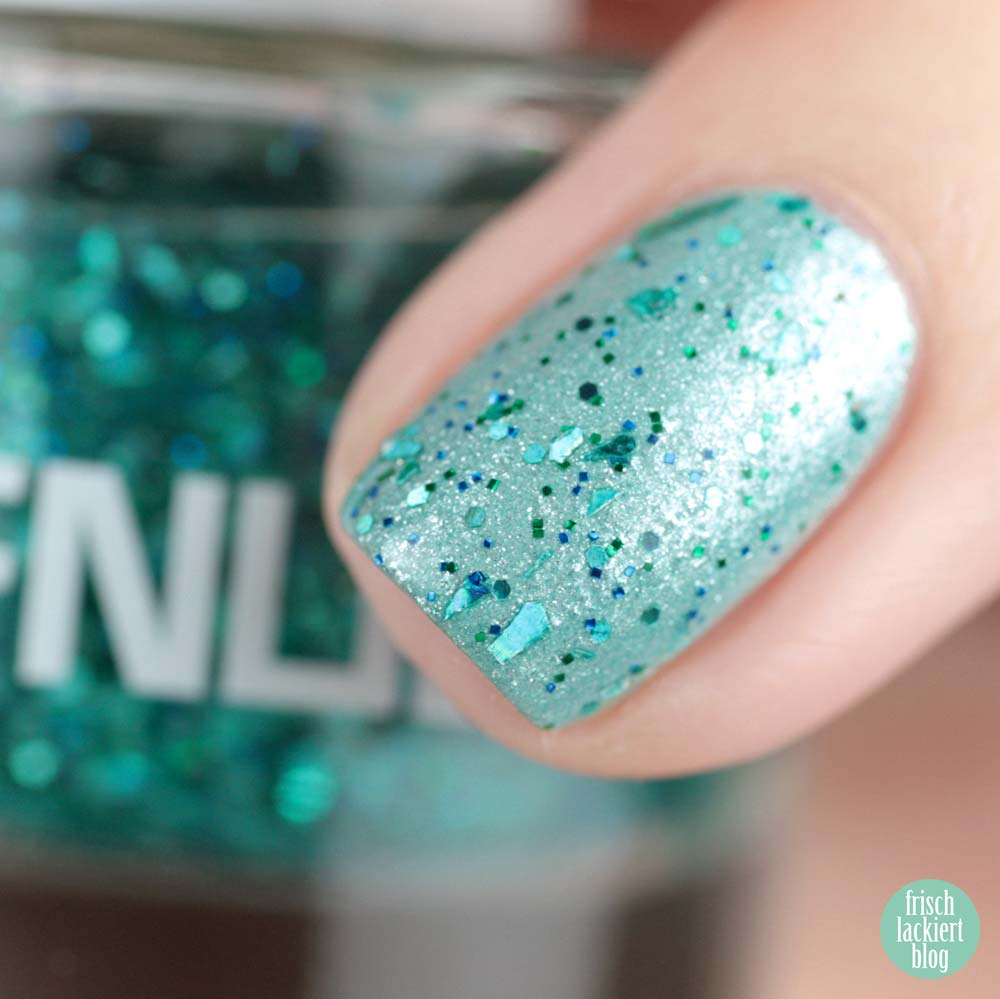 FNUG Showstopper – Blue Glitter Topper – swatch by frischlackiert