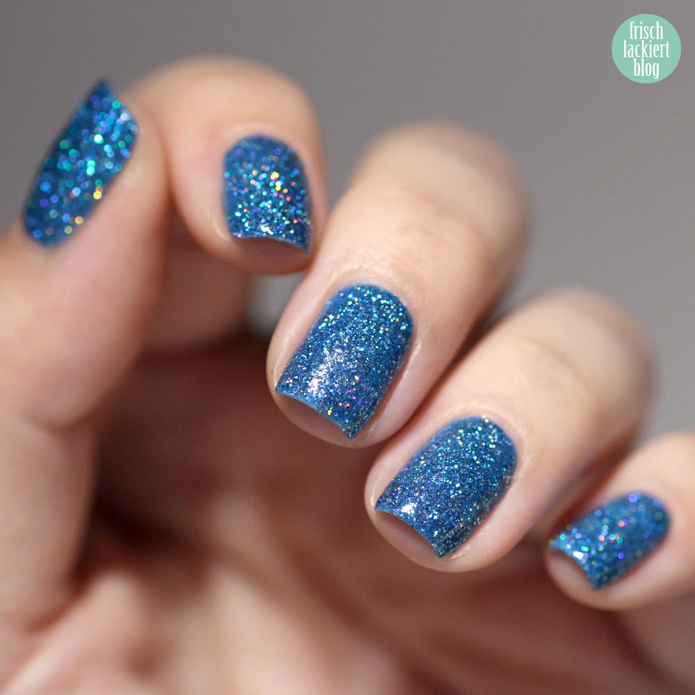 Queen Frostine Cupcake Polish – blue holographic nailpolish - Blauer Glitzer Nagellack – swatch by frischlackiert