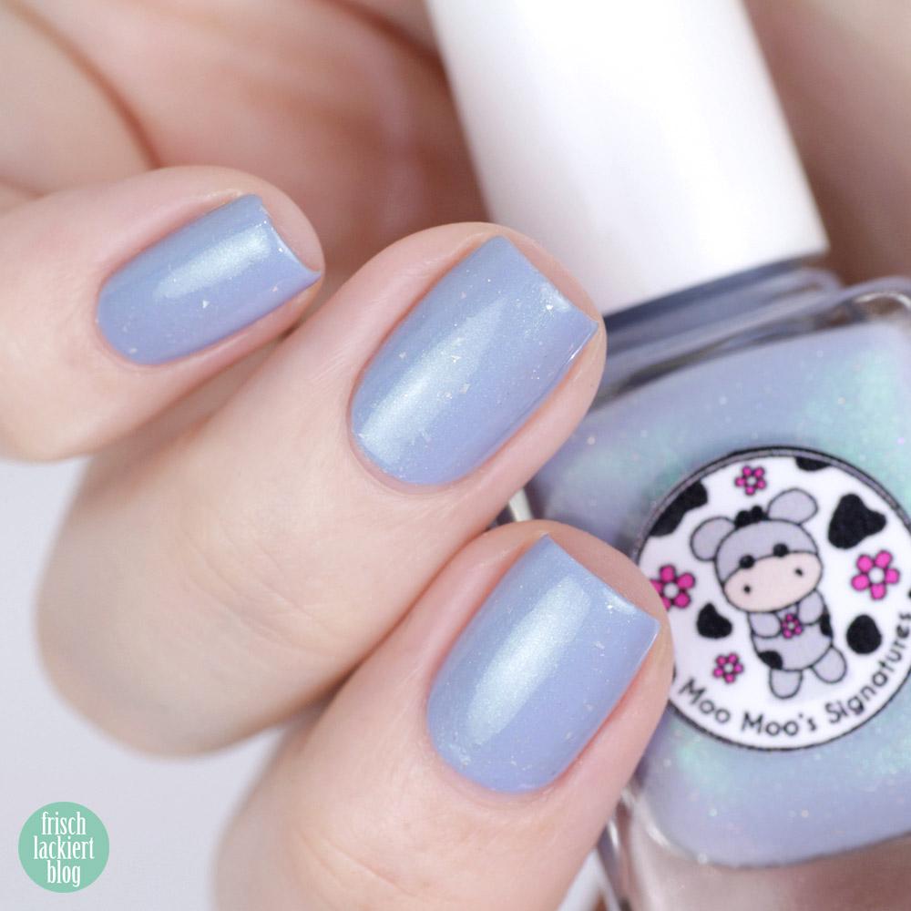 Moo Moo's Signatures - Macaroon Moon – hellblauer Nagellack mit grünem Schimmer – Meerjungfrau Look – swatch by frischlackiert