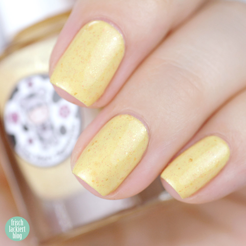 Moo Moo´s Signatures – Moototype Trio 2018 – Diamond Desert – Yellow Nailpolish with golden Flakies – swatch by frischlackiert
