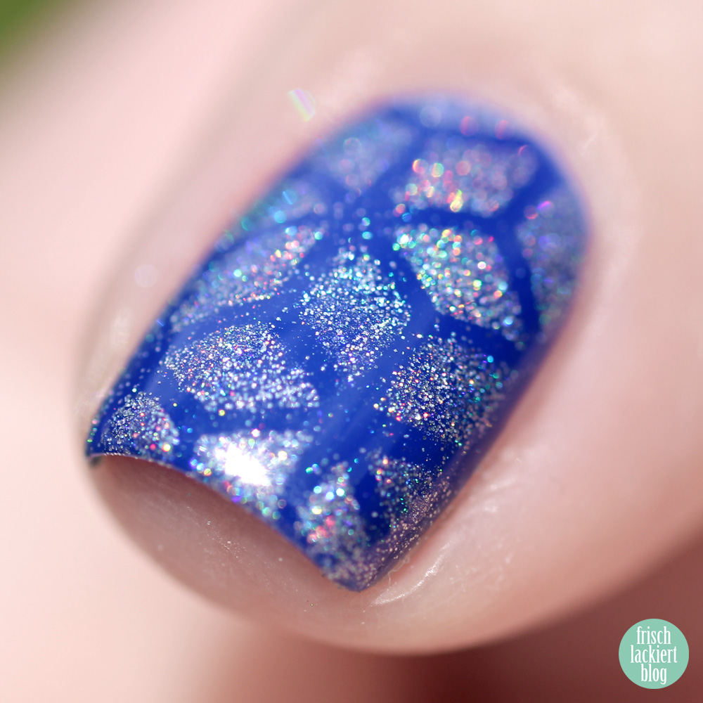 Frischlackiert-Challenge Holo-Mania – Holo Powder Stamping Nailart – blue Nailpolish – by frischlackiert