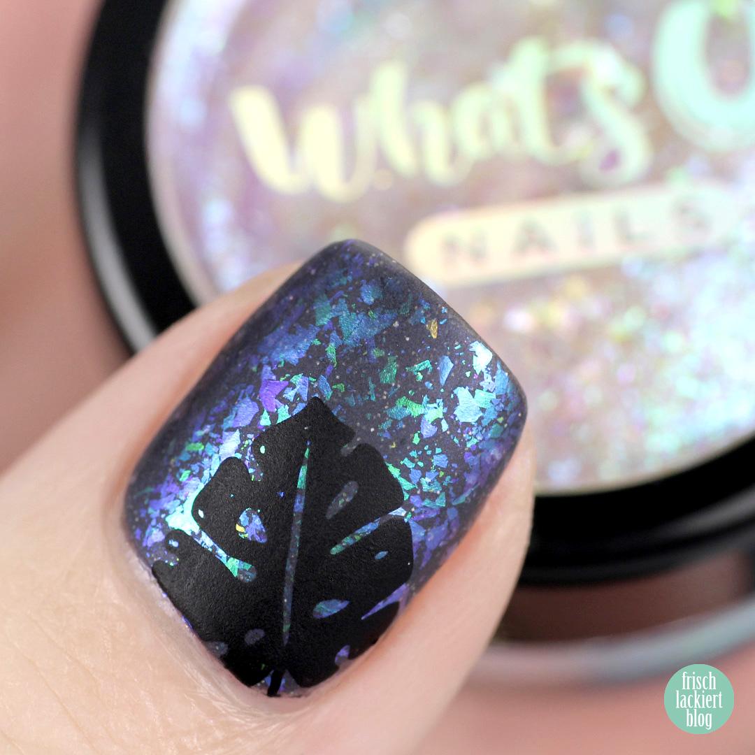 Nailart mit WhatsUp Nails Breeze Flakies und schwarzem Blätter Stamping – by frischlackiert